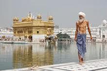Un Sij delante de su Templo